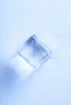 Cubo de hielo sobre superficie blanca, vista superior