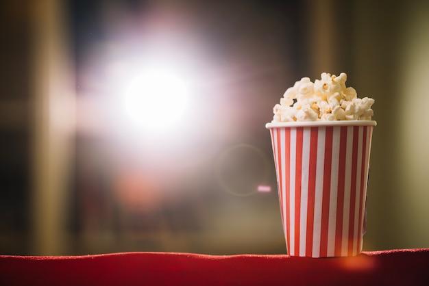 Cubo de palomitas de maíz en el asiento del cine