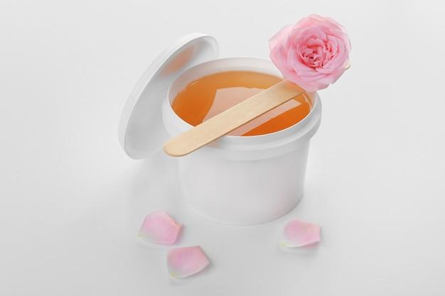 Cubo de plástico con pasta de azúcar, palo y flor en blanco