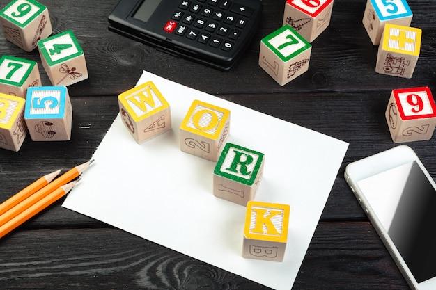 Cubo de trabajo con letras, letrero con cubos de superficie de madera
