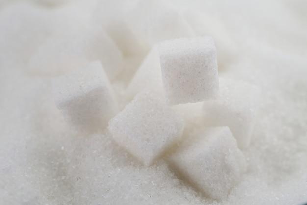 Cubos de azúcar blanco en mesa