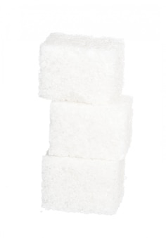 Cubos de azúcar sobre fondo blanco.