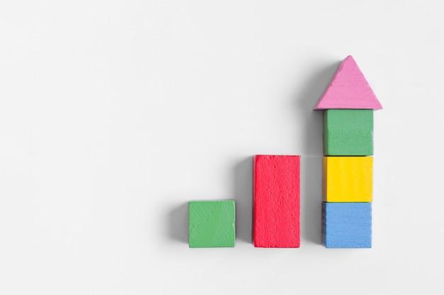 Cubos de colores creando una flecha apuntando hacia adelante