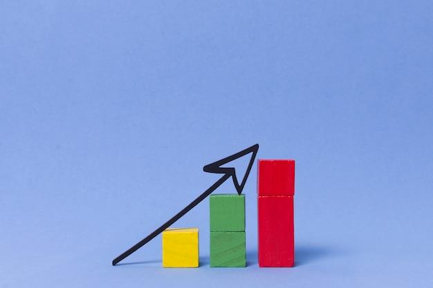 Cubos de colores y flecha puntiaguda