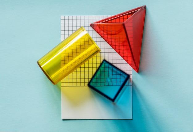 Cubos geométricos sobre un papel