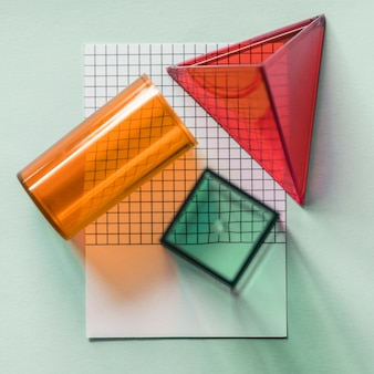 Cubos geomoetricos sobre papel.