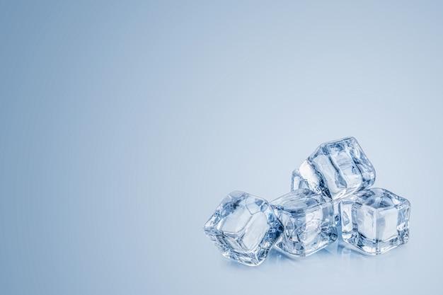Cubos de hielo aislados sobre un fondo azul