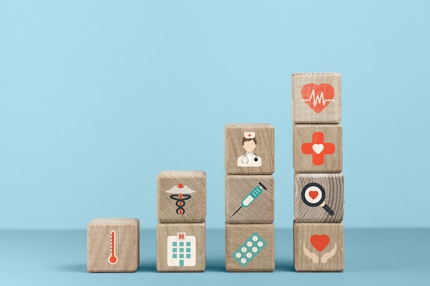 Cubos con iconos médicos y fondo azul.