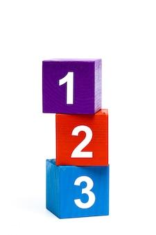 Cubos de juguete de madera con números.