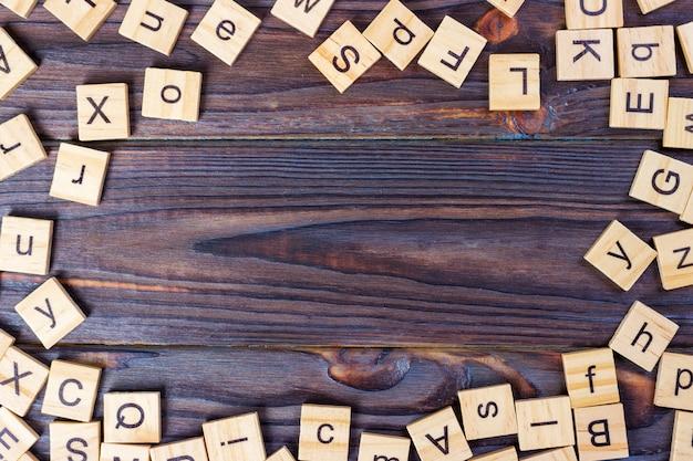 Cubos de letras de madera sobre fondo oscuro. fondo de cubo de madera