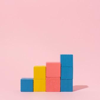 Cubos de madera de colores con espacio de copia