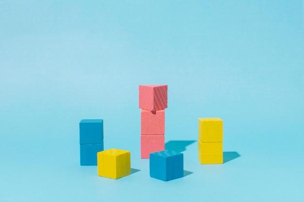 Cubos de madera de colores con fondo azul.