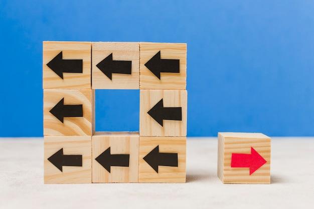 Cubos de madera con flechas concepto originalidad