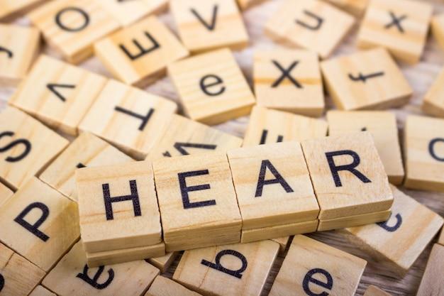 Cubos de madera con letras, la palabra