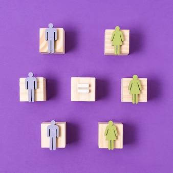 Cubos de madera con mujeres verdes y hombres azules figurillas concepto de igualdad