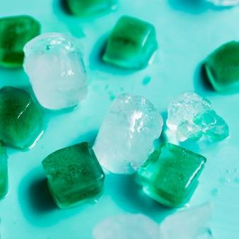 Cubos multicolores de hielo