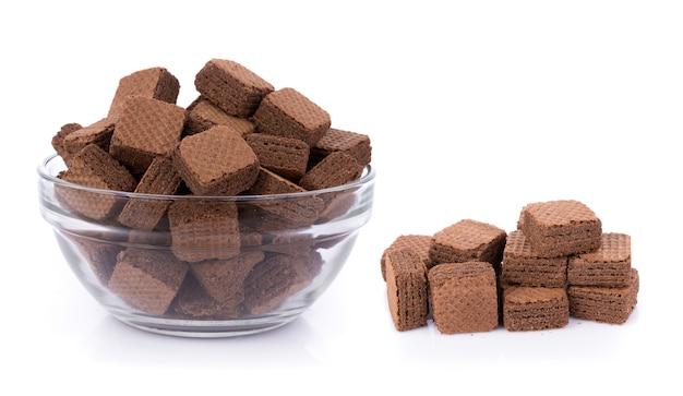 Cubos de obleas con chocolate aislado sobre fondo blanco.