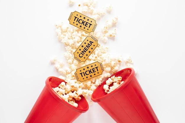 Cubos de palomitas de maíz con entradas de cine