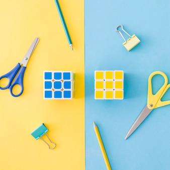 Cubos de rompecabezas y herramientas de oficina en combinación