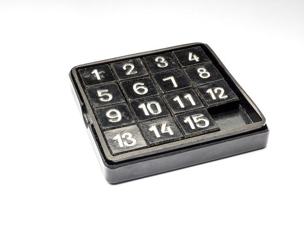 Los cubos de rompecabezas del juego 15 están dispuestos en orden aleatorio