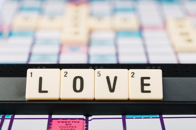 Cubos con título de amor en el stand.
