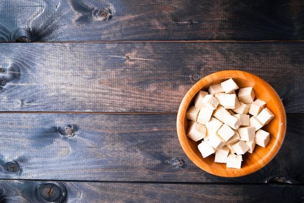 Cubos de tofu crudo