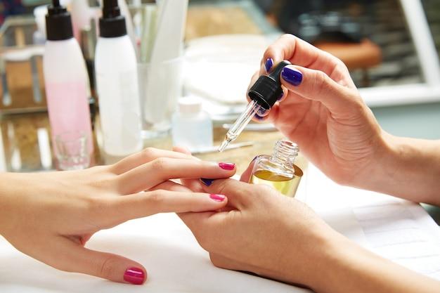 Las uñas cubren el acabado de la capa después del esmalte de uñas.