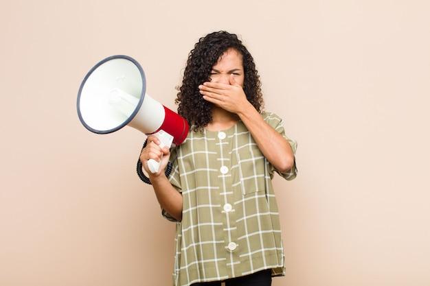 Cubriéndose la boca con las manos con una expresión sorprendida, sorprendida, guardando un secreto o diciendo oops