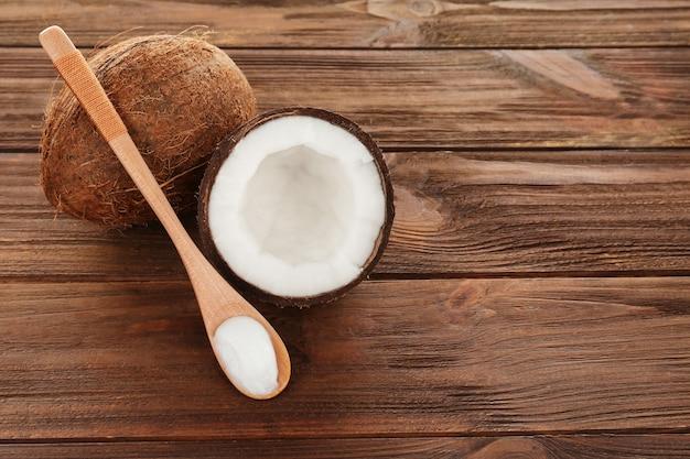 Cuchara con aceite de coco en mesa de madera