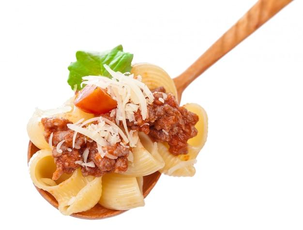 Cuchara de cocina de madera con pasta italiana tradicional casera