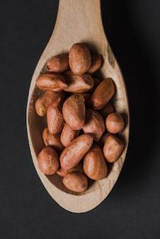 Cuchara de primer plano con cacahuetes