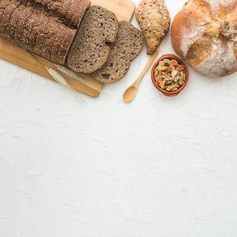 Cuchara y frutas confitadas cerca del pan