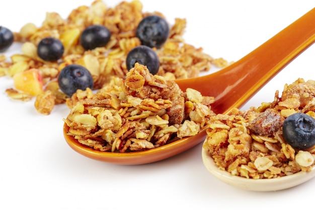 Cuchara de granola con billberry aislado