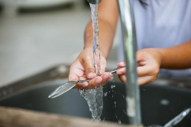 Cuchara de lavado de manos de niño sobre el fregadero en la cocina