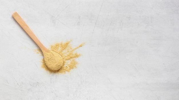 Cuchara llena de arena