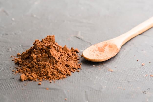 Cuchara de madera y cacao.
