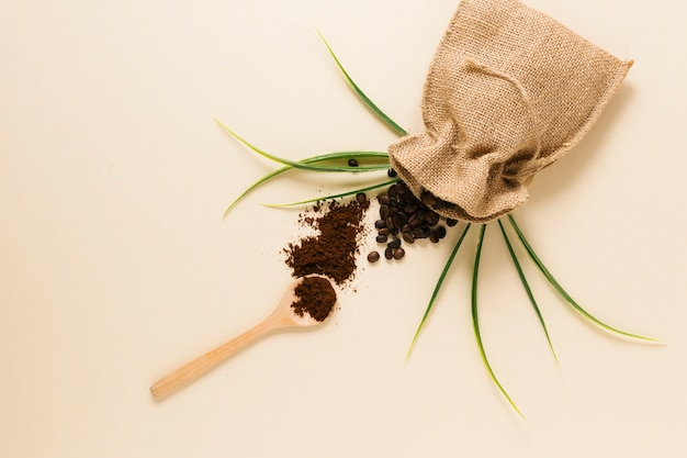 Cuchara de madera con café molido y bolsa