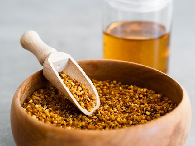 Cuchara de madera en polen de abeja