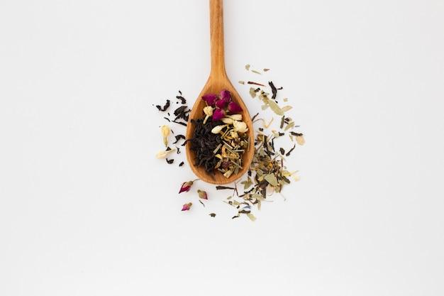 Cuchara de madera de primer plano con especias aromáticas