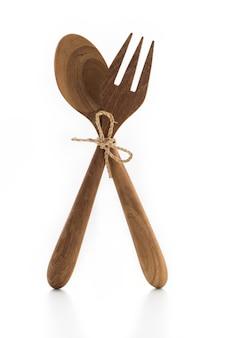 Cuchara de madera tenedor sobre fondo blanco aislado