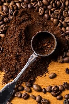 Cuchara metálica y café