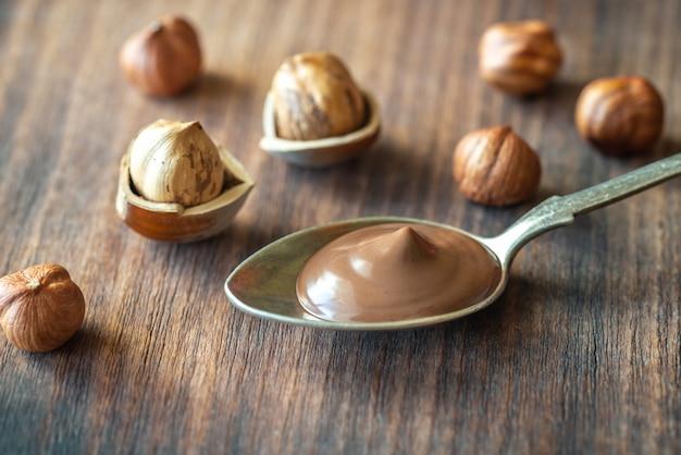 Cuchara de pasta de chocolate con avellanas