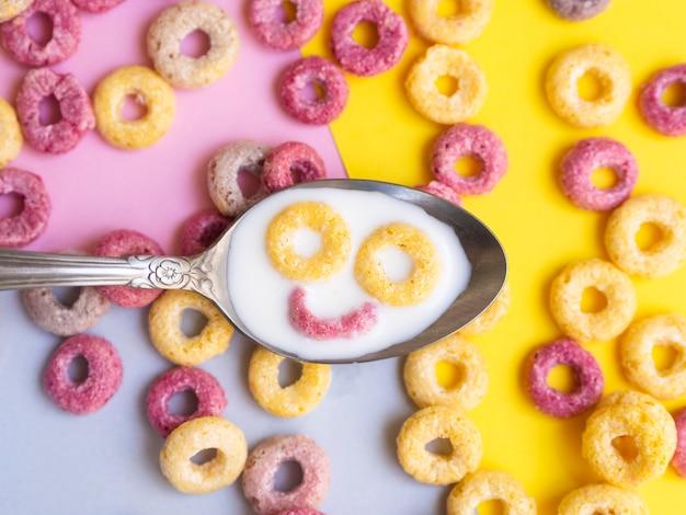 Cuchara de primer plano con cara sonriente de cereal