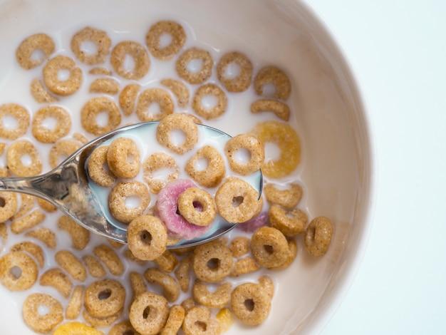 Cuchara de primer plano con cereales de un tazón