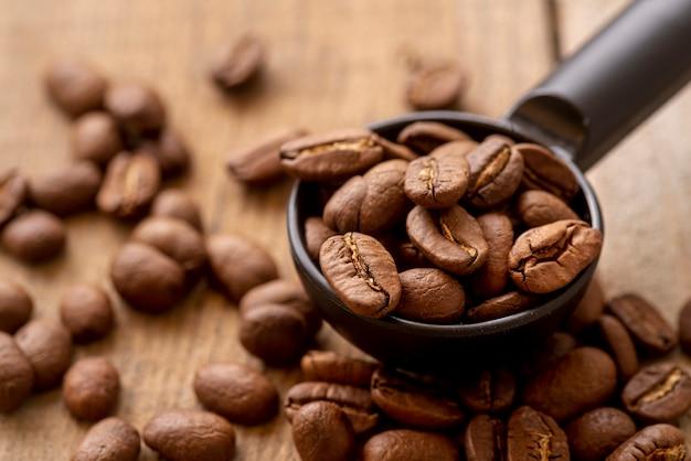 Cuchara de primer plano con granos de café tostados