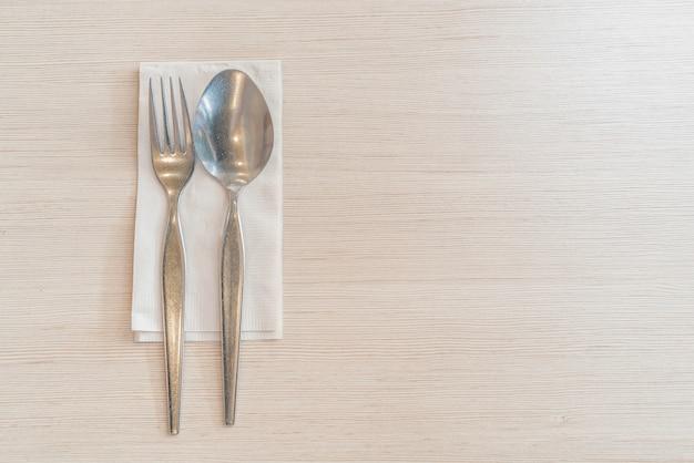 Cuchara y tenedor en la mesa