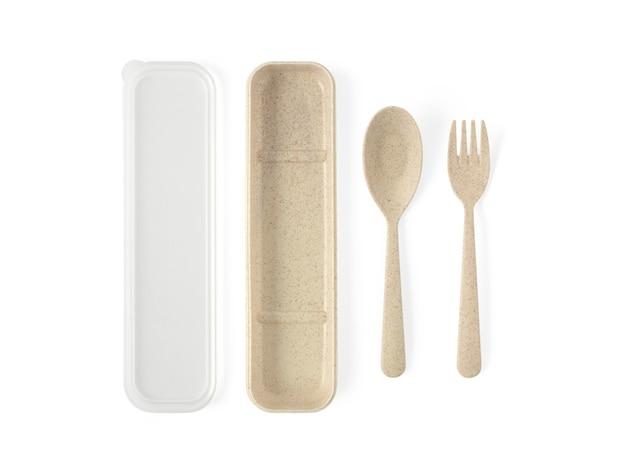 Cuchara y tenedor de plástico en color marrón con vista superior de la caja aislada en blanco