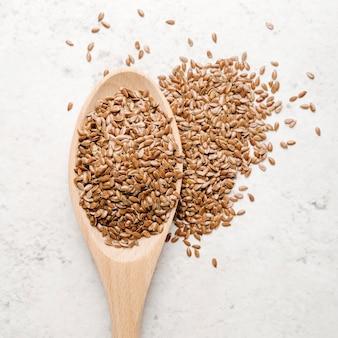 Cuchara de vista superior con primer plano de semillas