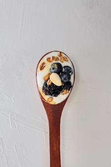 Cuchara de vista superior con yogur y frutas