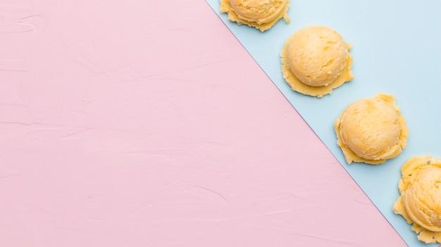 Cucharada de helado congelado en superficie multicolor